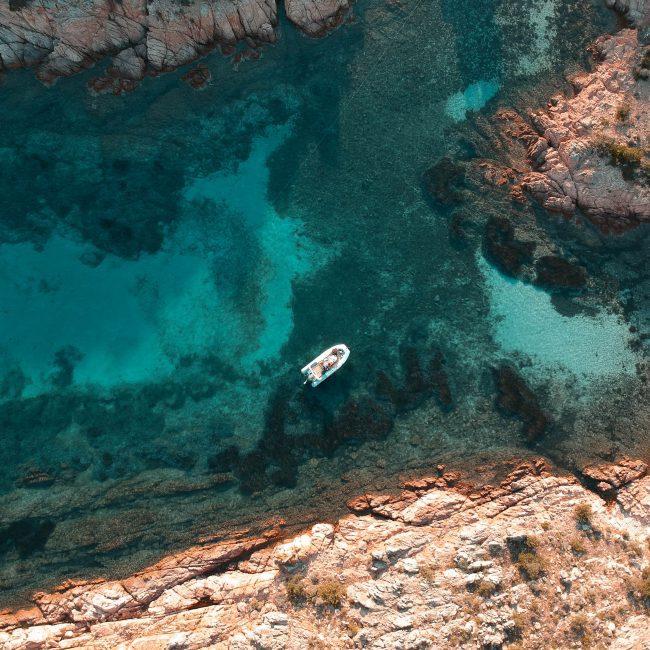 Boot in einer einsamen Bucht auf Korsika