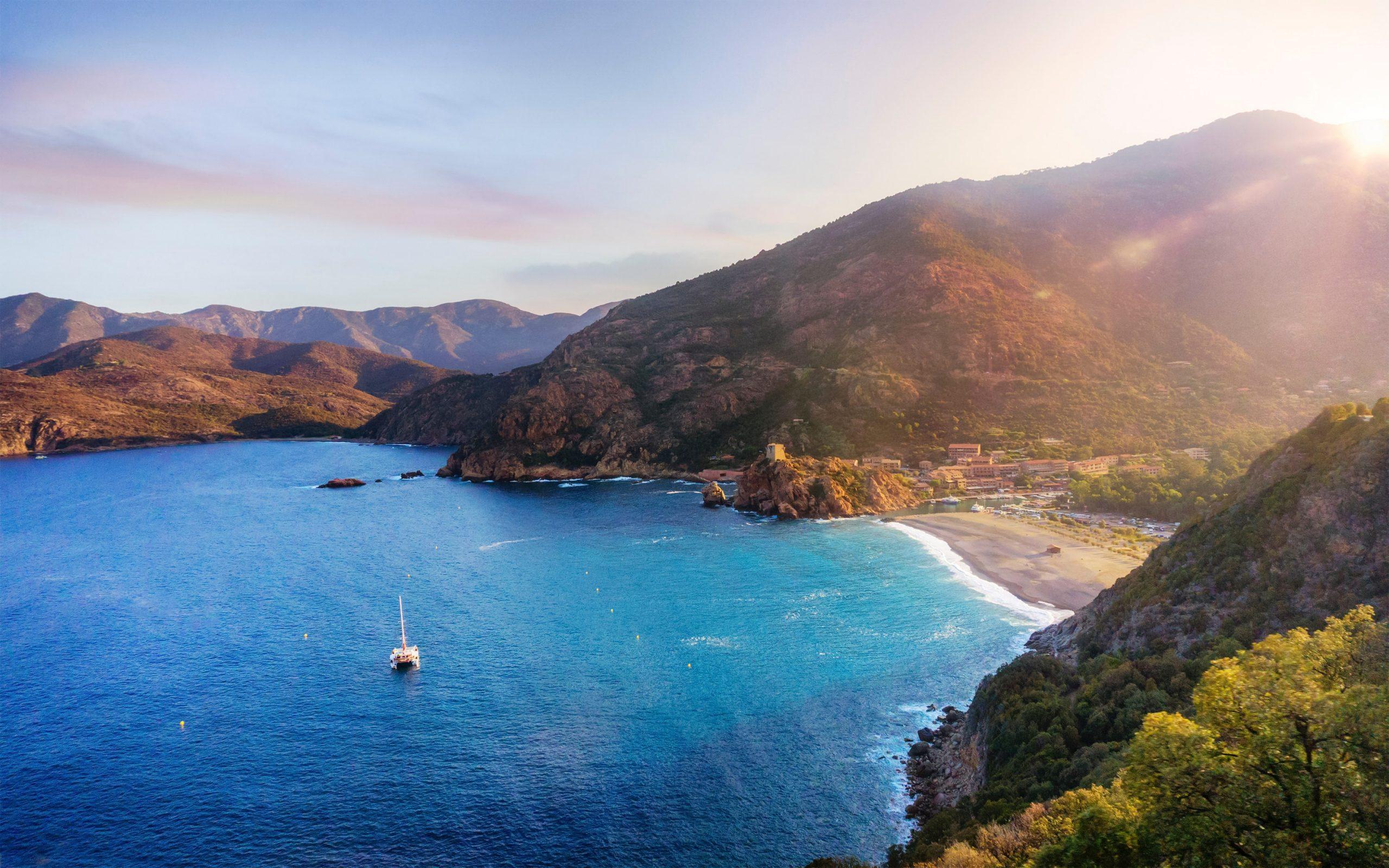 Dorf in den Bergen und in einer Bucht auf Korsika