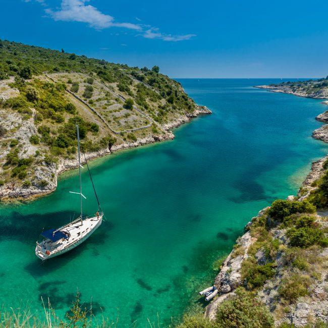 Boot in einer Bucht in Kroatien