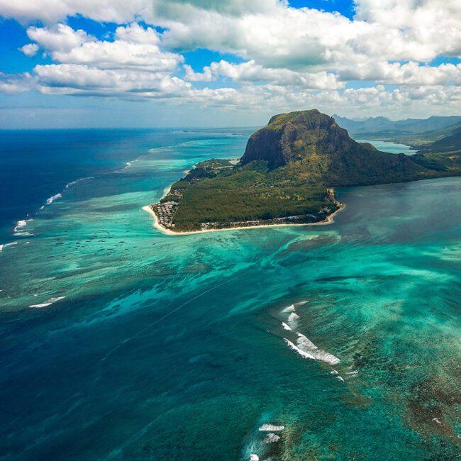 Die Insel Mauritius mitten im türkisen Meer